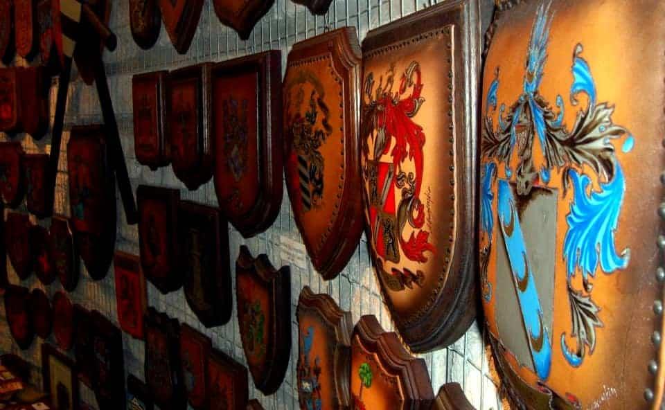 exposição de escudos no Museu Medieval