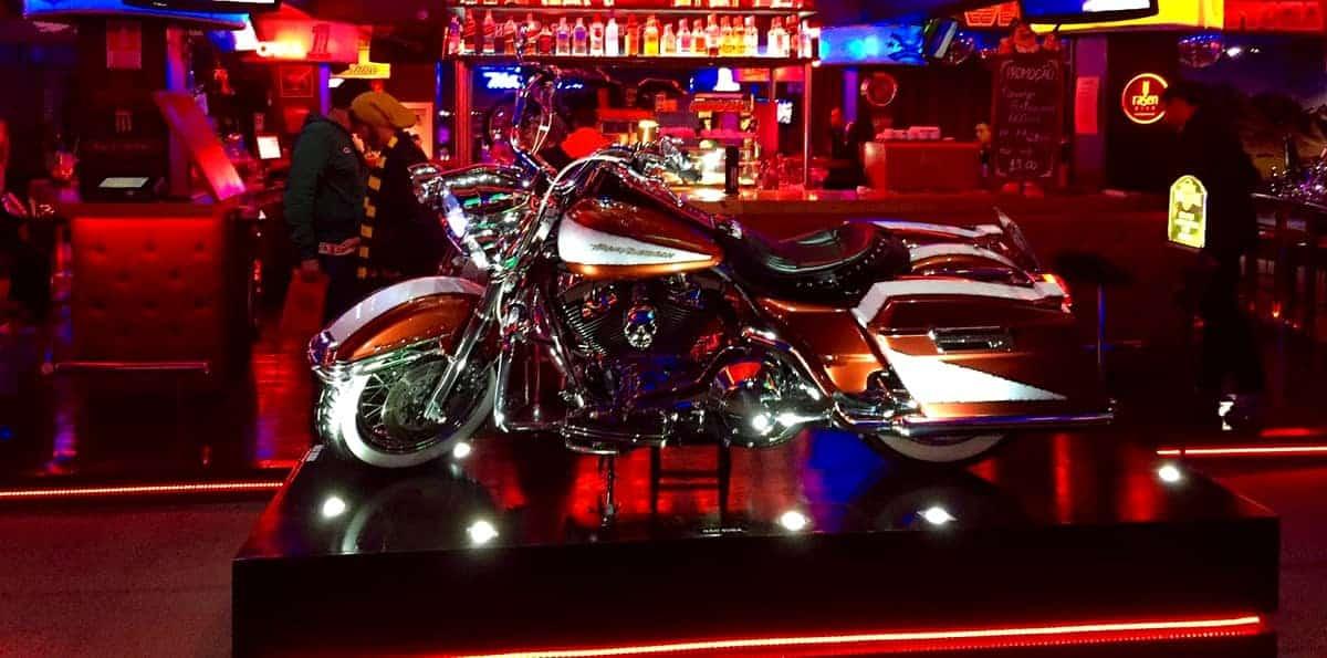 exposição de uma Harley Davidson em Gramado