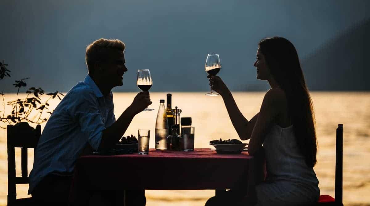 casal em jantar romântico