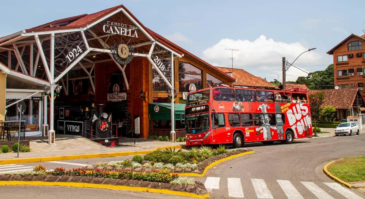 ônibus no ponto turístico