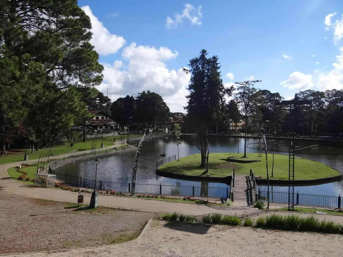 praça onde fica o lago